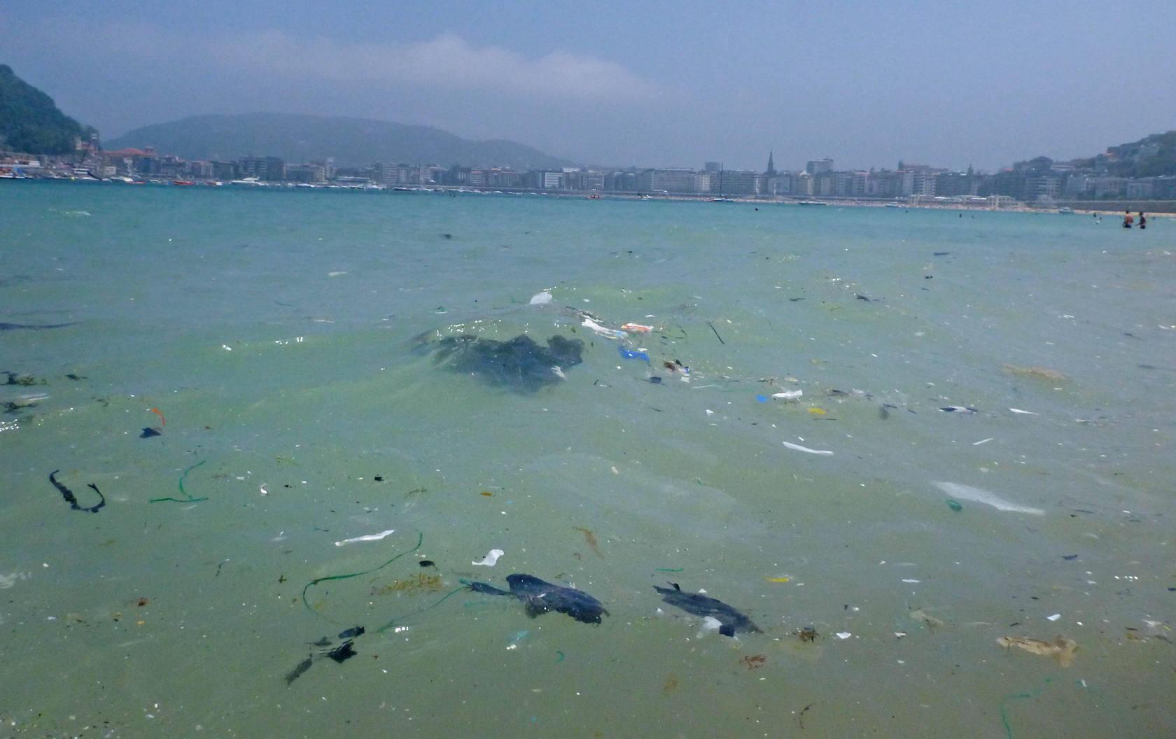 Suciedad en la bahía de La Concha