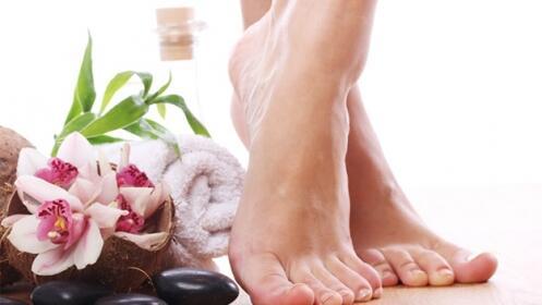 Pedicura con peeling, masaje y esmaltado