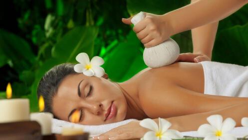 Masaje con pindas aromáticas
