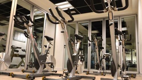 Un mes de gimnasio con entrenamiento personalizado