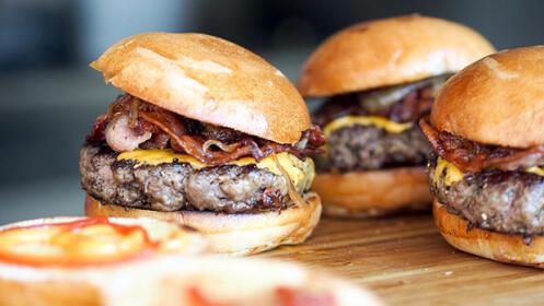 Menú de  hamburguesa, ración de patatas fritas y bebida en Gros